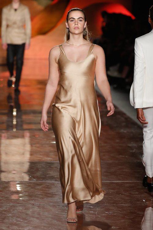 Vestido dorado fluido de la colección primavera/verano 2019 de Pedro del Hierro