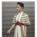 Alicia Vikander con un vestido de estampados fluido posando para el lookbook Pre-Fall 2019 de Louis Vuitton