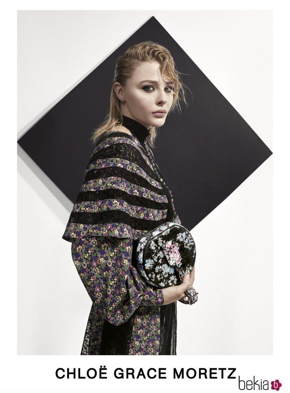 Chlöe Moretz con un vestido estampado posando para el lookbook Pre-Fall 2019 de Louis Vuitton