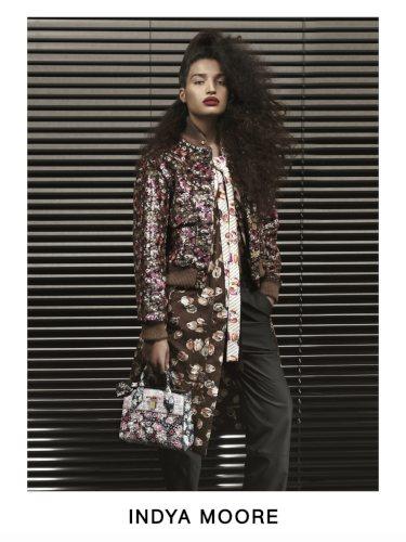 Indya Moore con un abrigo largo estampado posando para el lookbook Pre-Fall 2019 de Louis Vuitton