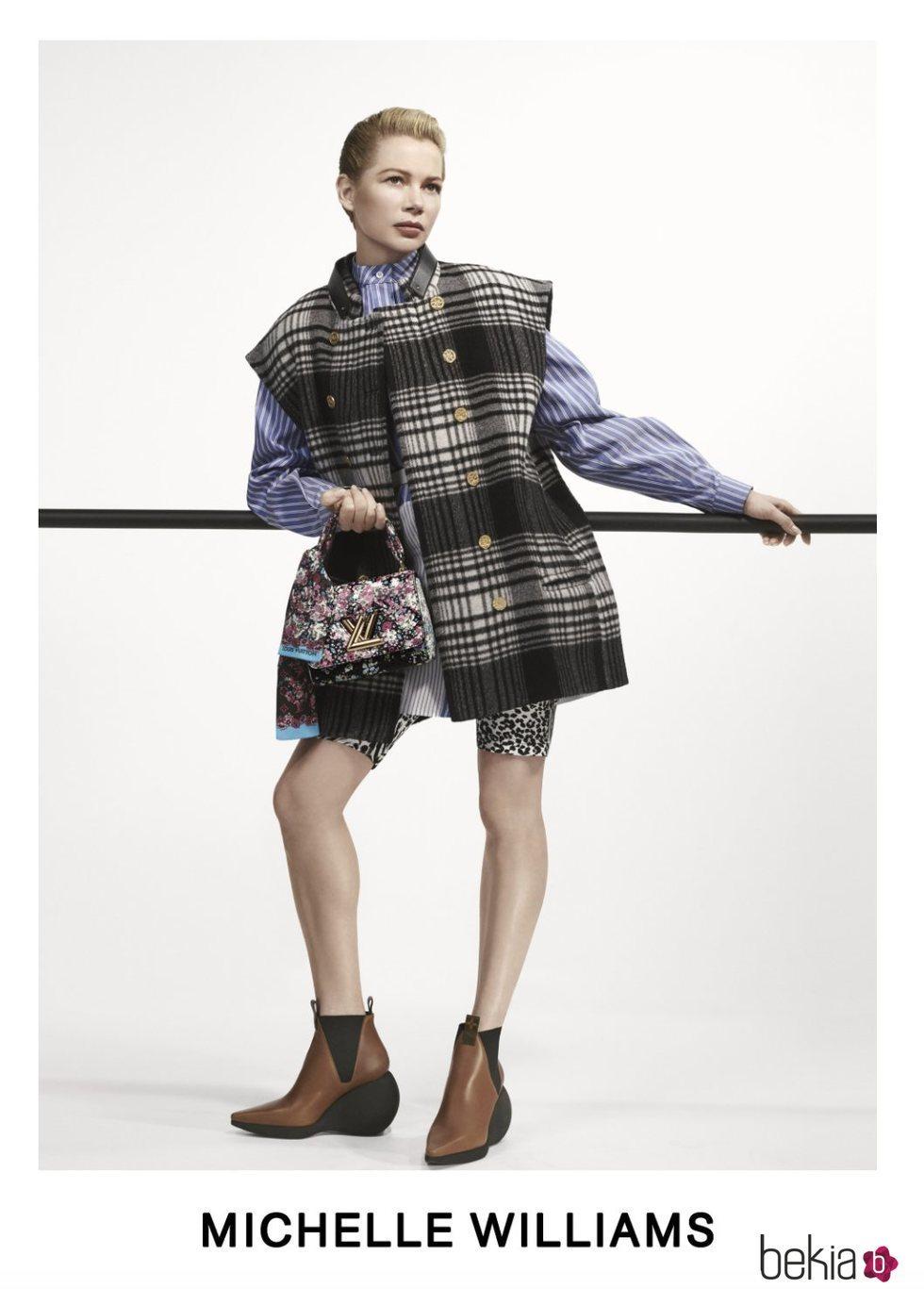 Michelle Williams con un chaleco de cuadros negro posando para el lookbook Pre-Fall 2019 de Louis Vuitton