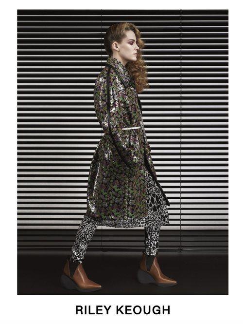 Riley Keough con una chaqueta impermeable estampada posando para el lookbook Pre-Fall 2019 de Louis Vuitton