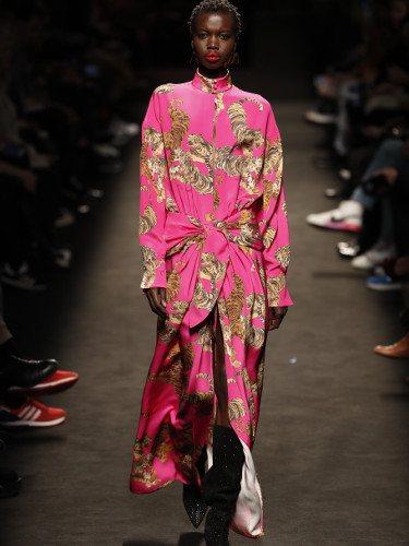 Modelo con un vestido asimétrico de la colección otoño/invierno 2019/2020 de Jorge Vázquez