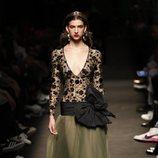 Modelo con un vestido con transparencias de la colección otoño/invierno 2019/2020 de Jorge Vázquez