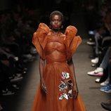 Modelo con un vestido color teja de la colección otoño/invierno 2019/2020 de Jorge Vázquez