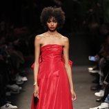 Modelo con un vestido rojo de la colección otoño/invierno 2019/2020 de Jorge Vázquez
