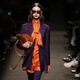 Modelo con un conjunto morado y naranja de la colección otoño/invierno 2019/2020 de Jorge Vázquez