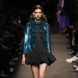 Modelo con un vestido negro de la colección otoño/invierno 2019/2020 de Jorge Vázquez