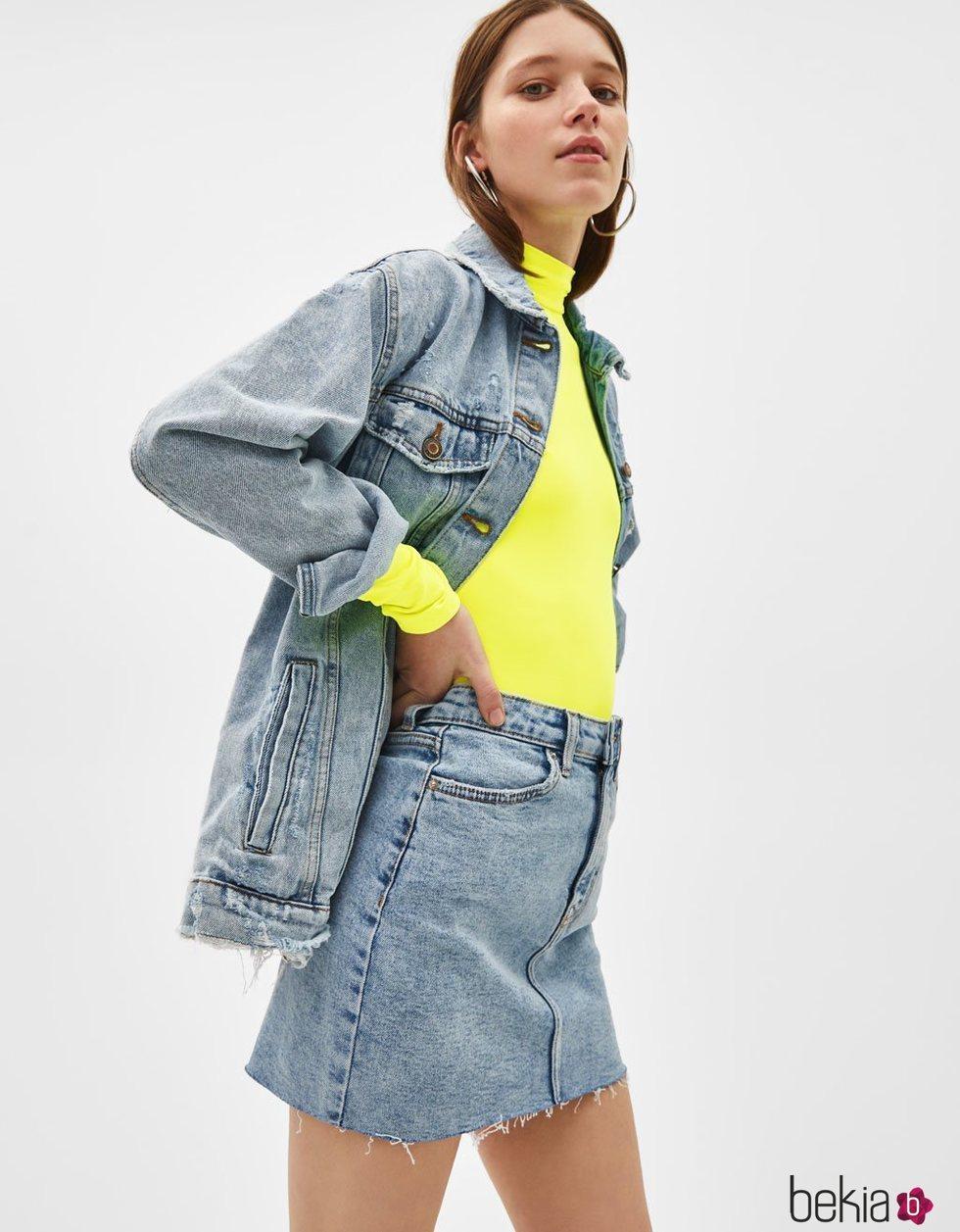 Modelo luciendo un conjunto tejano de la colección de primavera 2019 de Bershka