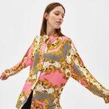Modelo con una camisa estampada de la colección de primavera 2019 de Bershka