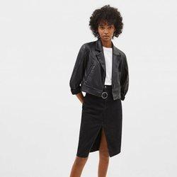 Modelo con un conjunto en color negro de la colección de primavera 2019 de Bershka