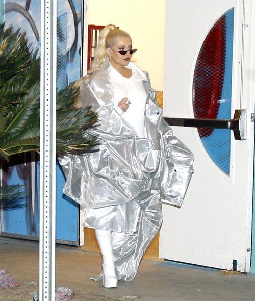 Christina Aguilera con un abrigo plateado