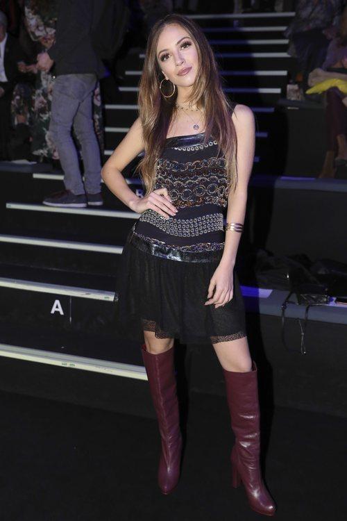 Ana Mena con botas altas de charol