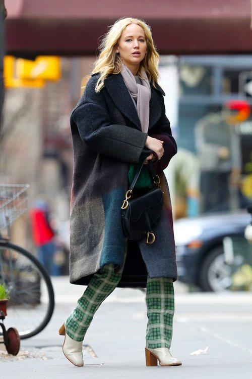 Jennifer Lawrence con pantalones de cuadros verdes