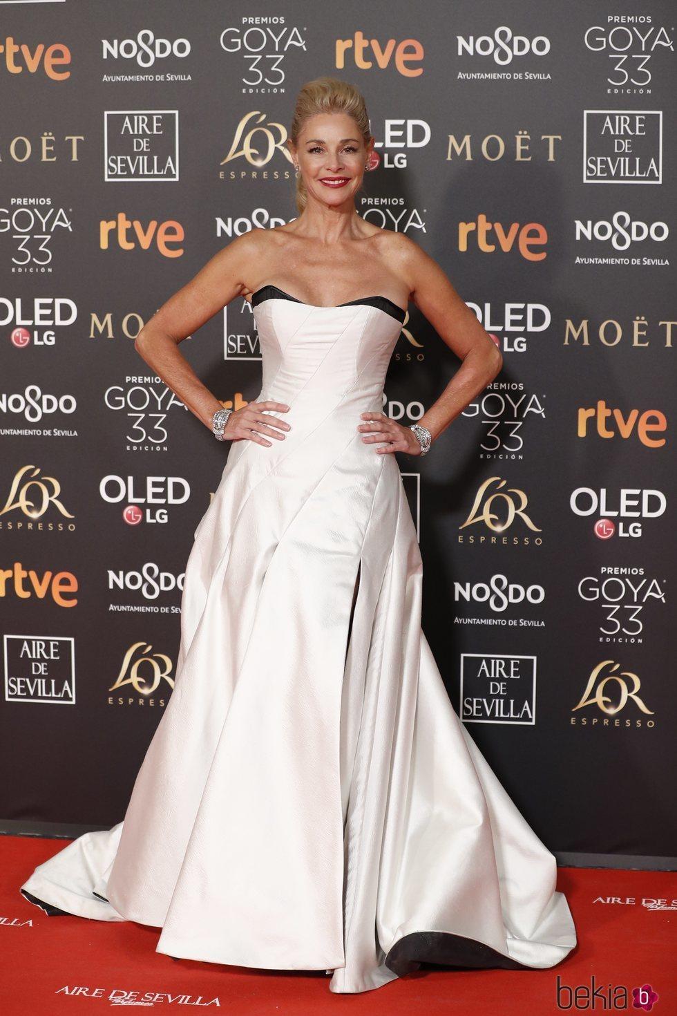 Belén Rueda con un vestido blanco palabra de honor en los Premios Goya 2019