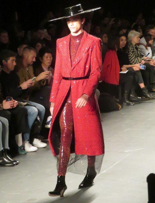 Modelo con un diseño rojo de Palomo Spain en la New York Fashion Week 2019