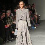 Modelo con un diseño gris  de Palomo Spain en la New York Fashion Week 2019