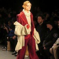 Modelo con un traje rojo de Palomo Spain en la New York Fashion Week 2019