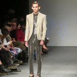 Modelo masculino con un traje de lentejuelas de Palomo Spain en la New York Fashion Week 2019