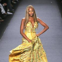 Naomi Campbell desfilando en la Fashion For Relief en Nueva York