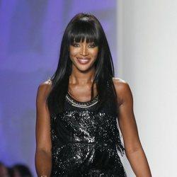 Naomi Campbell desfilando en la Fashion for Relief Haiti