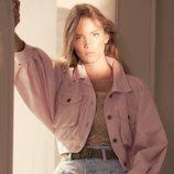Alberta Ferretti primavera-verano 2019 chaqueta oversize rosa, top de punto y vaqueros tiro alto