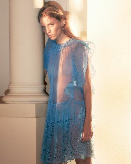 Alberta Ferretti primavera-verano 2019 vestido corto azul con volantes y encaje
