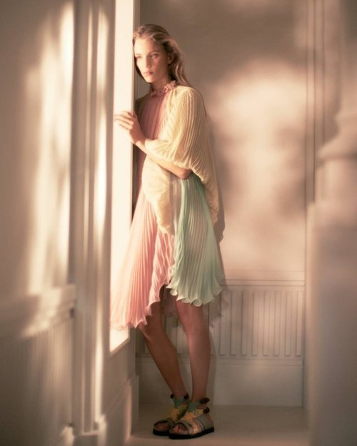 Alberta Ferretti primavera-verano 2019 vestido corto de pliegues en colores pastel