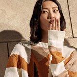 Campaña primavera-verano 2019 Tod´s con Liu Wen lanzando un beso con un jersey de punto y pantalón cuero
