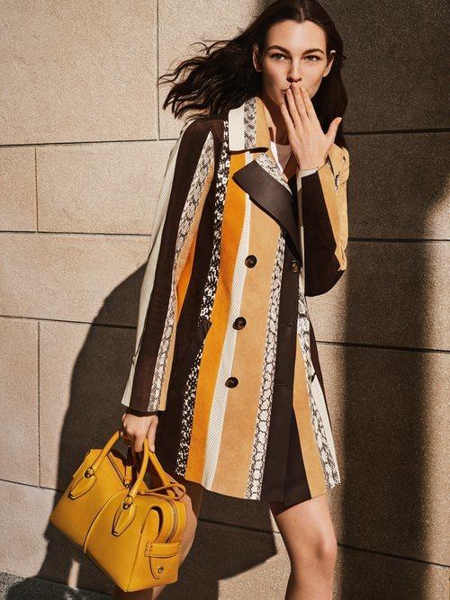 Campaña primavera-verano 2019 Tod´s con Vittoria Ceretti vistiendo chaqueta piel