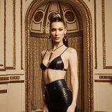 Bella Hadid con sujetador de Kith x Versace