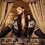 Bella Hadid con chaqueta negra de kith x Versace
