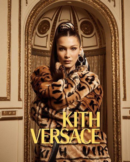 Bella Hadid con abrigo de pelo marrón de Kith x Versace