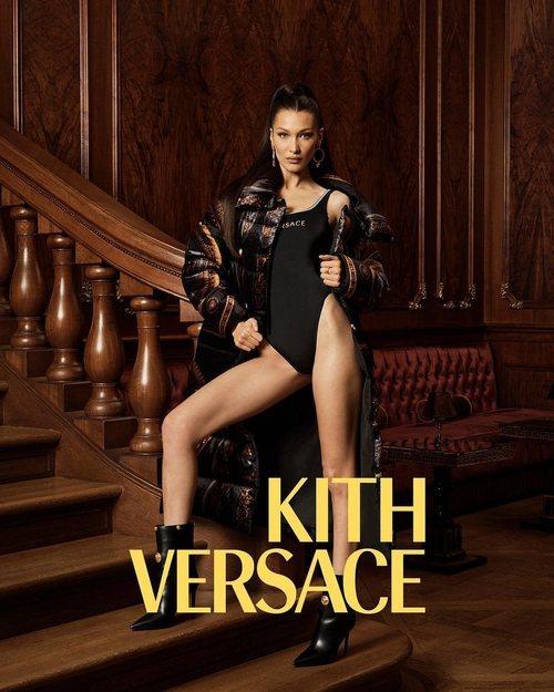 Bella Hadid con body negro de Kith x Versace