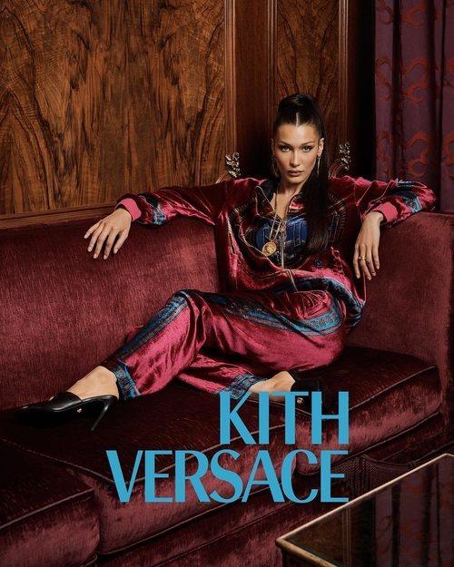 Bella Hadid vestida de granate de Kith x Versace