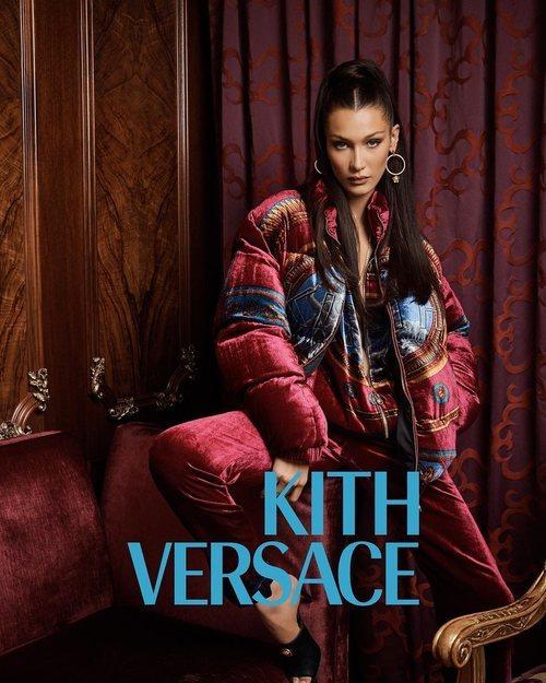 Bella Hadid de granate de Kith x Versace