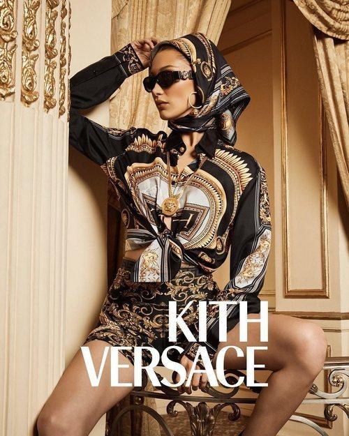 Bella Hadid con pañuelo de Kith x Versace