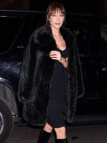 Bella Hadid con un vestido negro