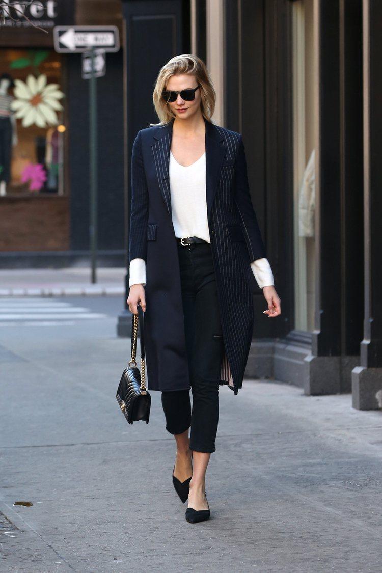 Karlie Kloss con pantalón y chaqueta