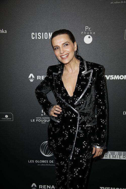 Juliette Binoche con traje de terciopelo con estampado de esterellas en los premios Globos de Cristal
