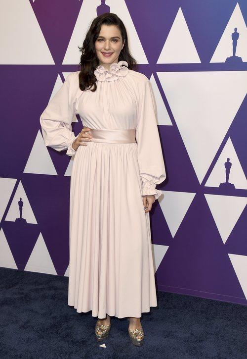 Rachel Weisz con un vestido en color rosa palo y cuello perkings con volantes en el almuerzo de los nominados a los Oscar 2019