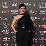 María León con un mono en color negro y detalle en la cintura con capa fina en los Goya 2019