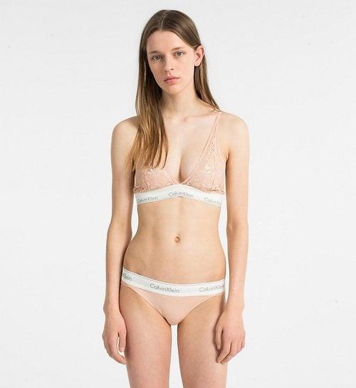 Modelo lueciendo un conjunto color nude de Calvin Klein para San Valentín 2019