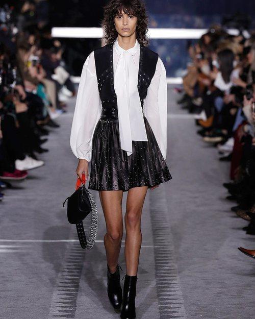 Modelo luciendo un vestido negro en el desfile de Longchamp en la semana de la moda de Nueva York 2019