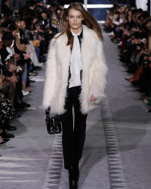 Modelo luciendo un abrigo de pelo blanco en el desfile de Longchamp en la semana de la moda de Nueva York 2019