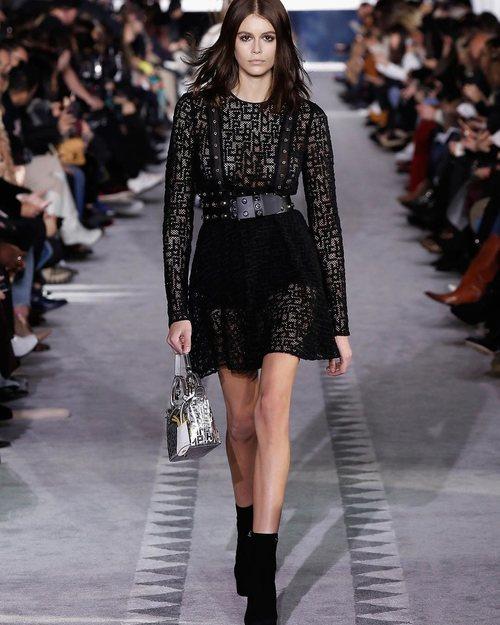 Kaia Gerber de negro en el desfile de Longchamp en la semana de la moda de Nueva York 2019