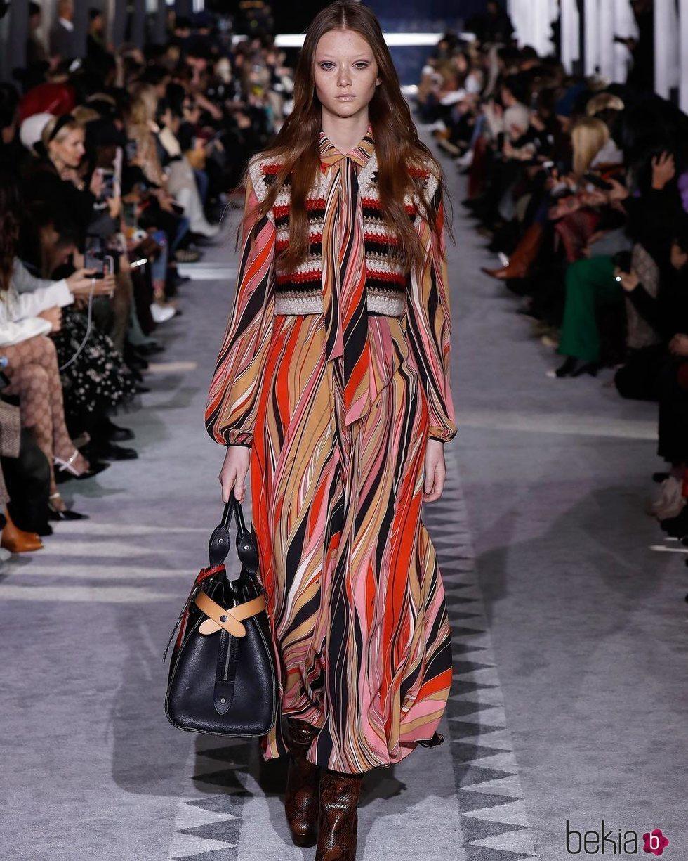 Modelo con un vestido en el desfile de Longchamp en la semana de la moda de Nueva York 2019