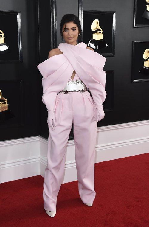 Kylie Jenner con un extravagante conjunto en los Grammy 2019