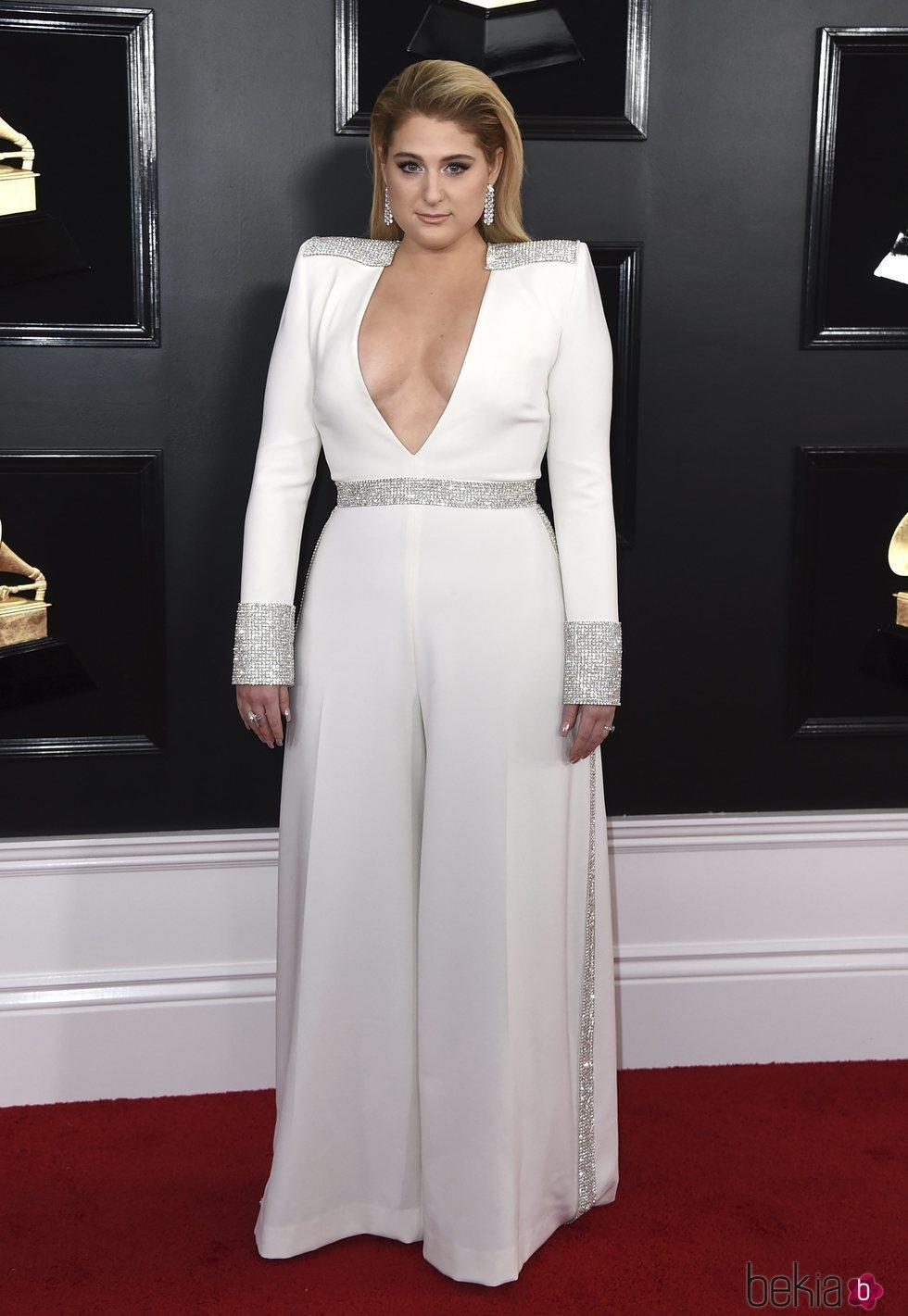 Meghan Trainor con un mono blanco con incrustaciones en la alfombra roja de los Grammy 2019
