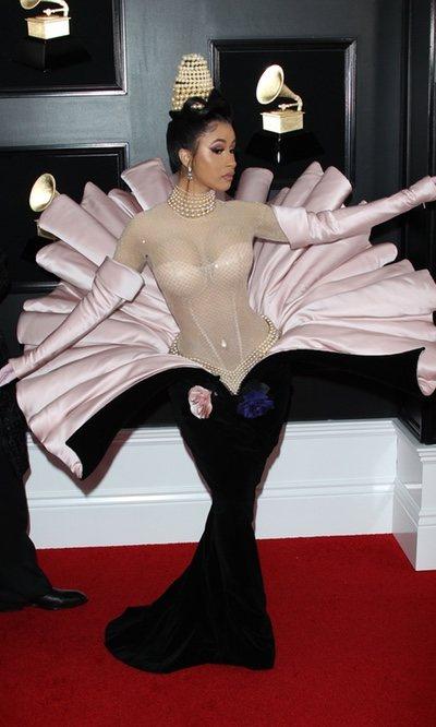 Cardi B con un vestido de concha en los Grammy 2019
